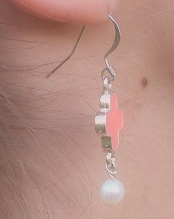 image boucles d'oreille pendantes en croix et perles de culture