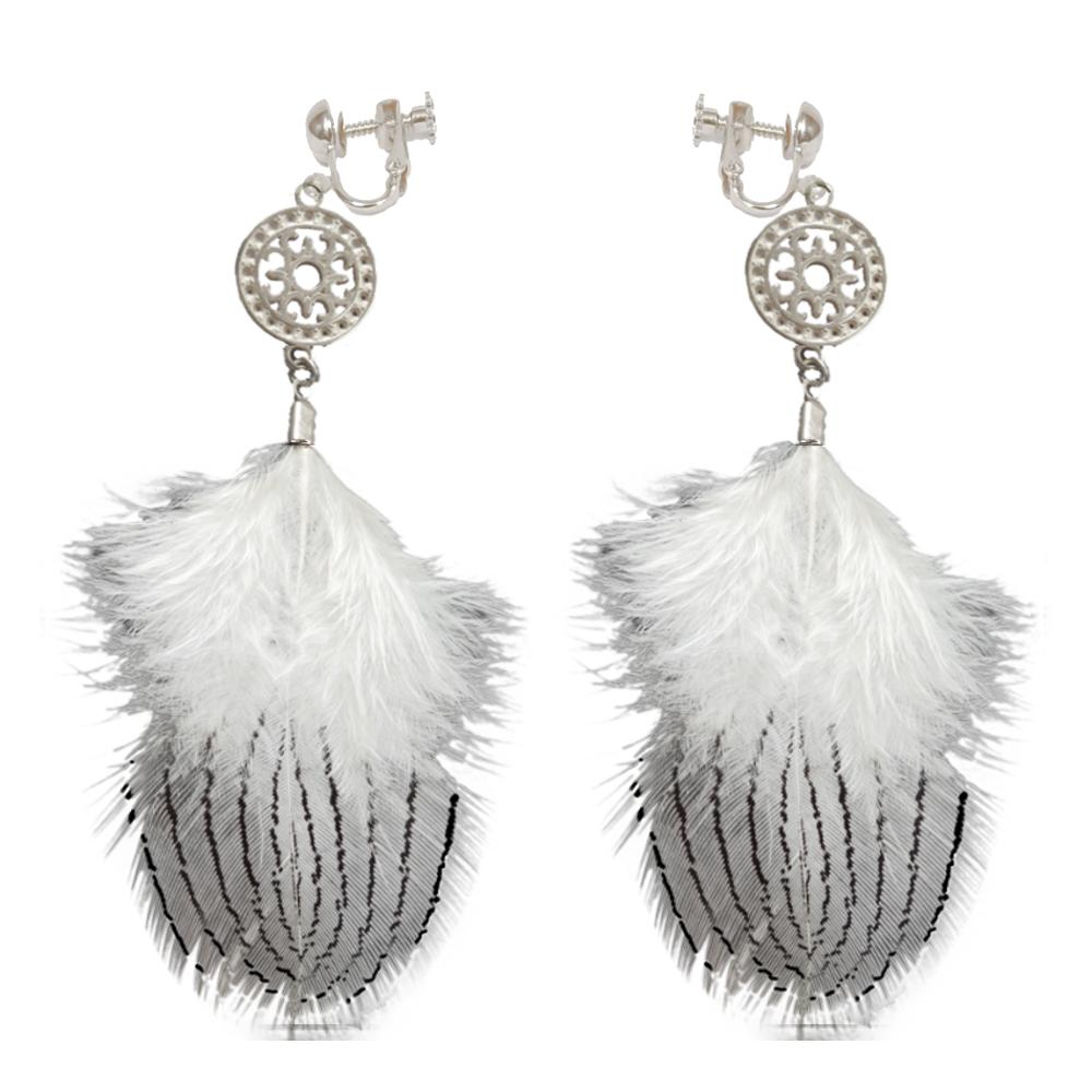 image boucles d'oreille réalisées à la main avec plumes